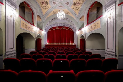 https://www.ragusanews.com//immagini_articoli/20-09-2021/teatro-all-aperto-per-le-vie-di-ragusa-ibla-280.jpg