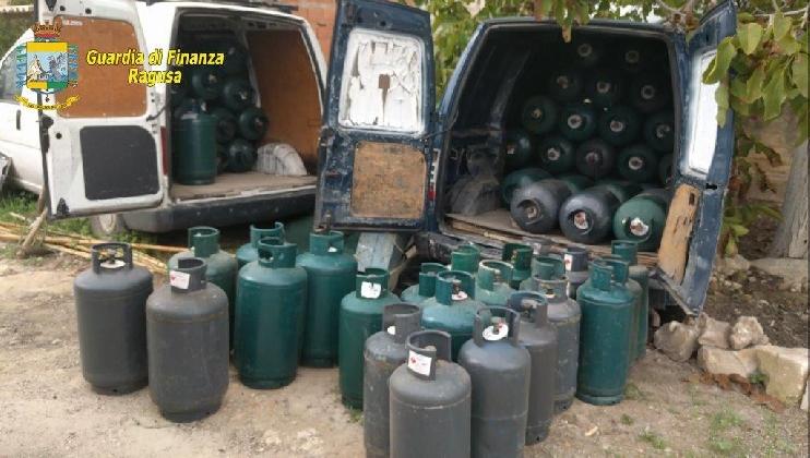 http://www.ragusanews.com//immagini_articoli/20-10-2016/ispica-scoperto-deposito-abusivo-con-400-bombole-420.jpg