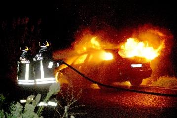 http://www.ragusanews.com//immagini_articoli/20-10-2017/pozzallo-fuoco-lauto-pensionato-240.jpg