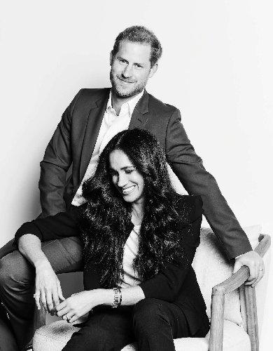 https://www.ragusanews.com//immagini_articoli/20-10-2020/harry-e-meghan-il-primo-ritratto-ufficiale-dall-addio-alla-royal-family-500.jpg