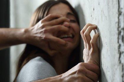 https://www.ragusanews.com//immagini_articoli/20-10-2020/minorenne-prova-a-violentare-e-strangolare-una-donna-di-50-anni-280.jpg