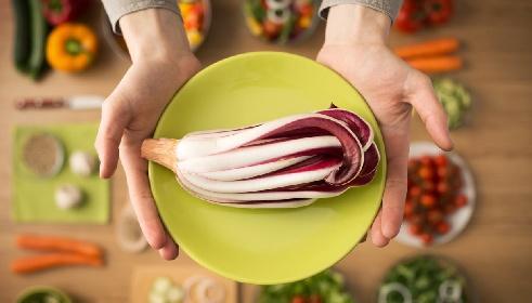 https://www.ragusanews.com//immagini_articoli/20-10-2021/dieta-ipocalorica-del-radicchio-per-depurarsi-e-perdere-peso-280.jpg