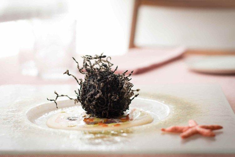 https://www.ragusanews.com//immagini_articoli/20-11-2018/1542705555-cibo-arte-galleria-magno-ristorante-sera-foto-1-500.jpg