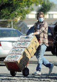 https://www.ragusanews.com//immagini_articoli/20-11-2020/1605869907-brad-pitt-consegna-cibo-ai-bisognosi-in-mascherina-nessuno-lo-riconosce-1-280.jpg