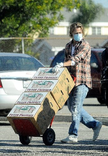 https://www.ragusanews.com//immagini_articoli/20-11-2020/1605869907-brad-pitt-consegna-cibo-ai-bisognosi-in-mascherina-nessuno-lo-riconosce-1-500.jpg
