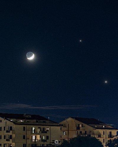 https://www.ragusanews.com//immagini_articoli/20-11-2020/la-congiunzione-luna-giove-saturno-vista-da-modica-500.jpg