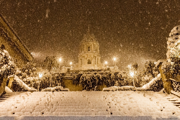 http://www.ragusanews.com//immagini_articoli/20-12-2016/la-nevicata-del-15-420.jpg
