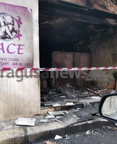 https://www.ragusanews.com//immagini_articoli/20-12-2019/incendio-di-natura-ancora-non-chiara-ai-danni-di-unagenzia-di-pompe-funebri-a-comiso-video-500.jpg