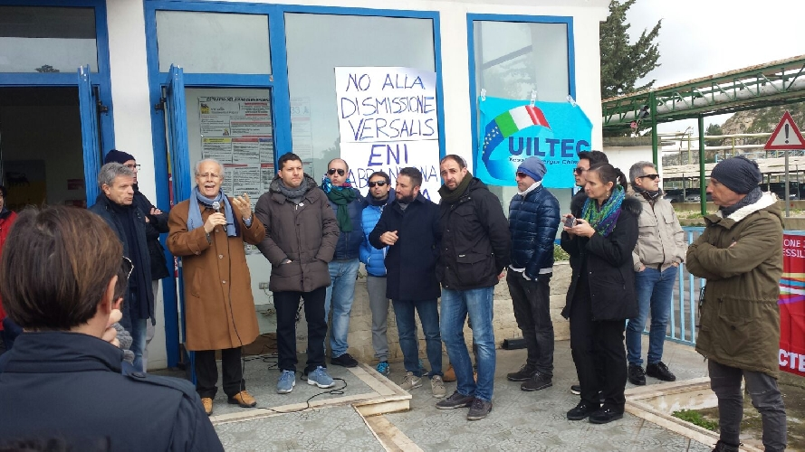 http://www.ragusanews.com//immagini_articoli/21-01-2016/versalis-il-sindaco-di-ragusa-m5s-a-fianco-dei-lavoratori-500.jpg