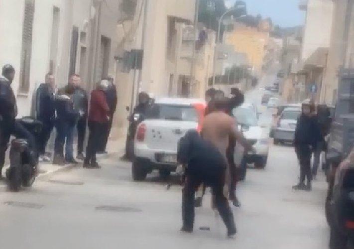 https://www.ragusanews.com//immagini_articoli/21-01-2020/sicilia-nudo-in-strada-aggredisce-i-carabinieri-500.jpg
