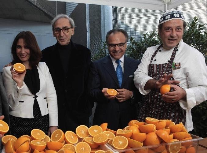 https://www.ragusanews.com//immagini_articoli/21-02-2013/carmelo-chiaramonte-a-parigi-con-larancia-siciliana-500.jpg