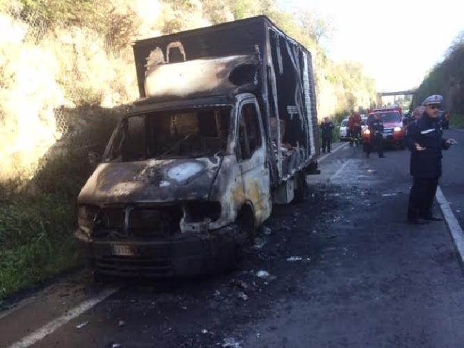https://www.ragusanews.com//immagini_articoli/21-02-2014/va-a-fuoco-un-autocarro-sul-ponte-guerrieri-500.jpg