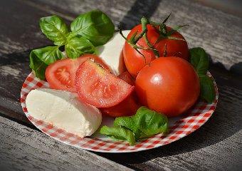https://www.ragusanews.com//immagini_articoli/21-02-2020/miti-alimentari-da-sfatare-e-vero-che-la-mozzarella-fa-ingrassare-240.jpg