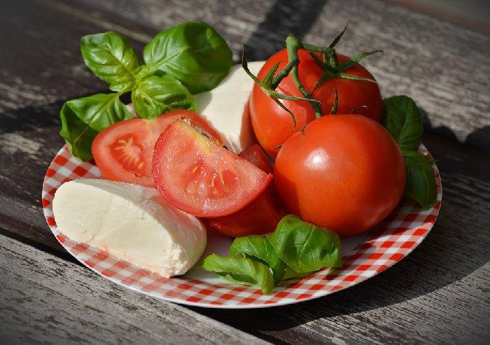 https://www.ragusanews.com//immagini_articoli/21-02-2020/miti-alimentari-da-sfatare-e-vero-che-la-mozzarella-fa-ingrassare-500.jpg