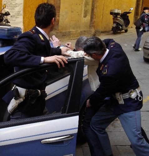 http://www.ragusanews.com//immagini_articoli/21-03-2014/droga-il-poliziotto-arrestato-tace-500.jpg