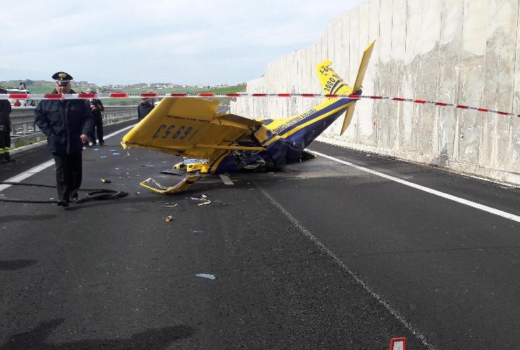 http://www.ragusanews.com//immagini_articoli/21-03-2017/aereo-ultraleggero-schianta-statale-morto-pilota-500.jpg