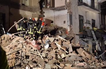 https://www.ragusanews.com//immagini_articoli/21-03-2018/esplode-palazzina-catania-morti-video-240.png