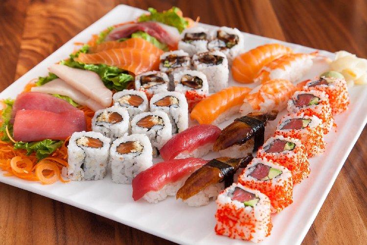 https://www.ragusanews.com//immagini_articoli/21-03-2019/dieta-sushi-per-dimagrire-velocemente-500.jpg