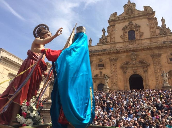 https://www.ragusanews.com//immagini_articoli/21-04-2014/40-mila-persone-alla-madonna-vasa-vasa-500.jpg
