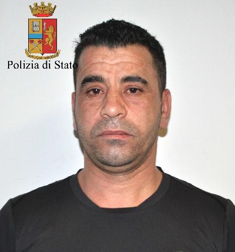 http://www.ragusanews.com//immagini_articoli/21-04-2016/irresistibile-voglia-di-fumare-arrestato-tunisino-per-evasione-500.jpg