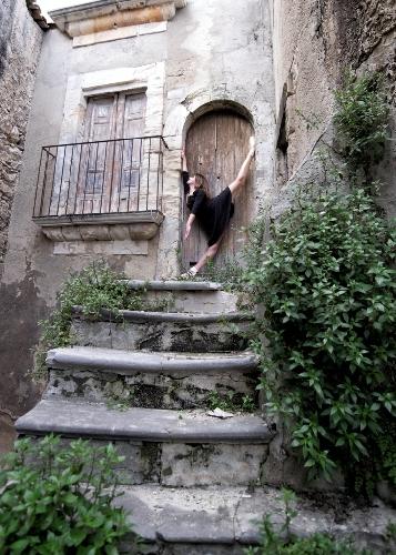 http://www.ragusanews.com//immagini_articoli/21-04-2017/porta-sicula-mostra-dedicata-danza-500.jpg