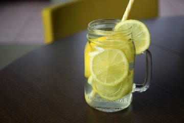 https://www.ragusanews.com//immagini_articoli/21-04-2019/tutto-quello-che-non-sai-su-acqua-e-limone-240.jpg