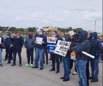https://www.ragusanews.com//immagini_articoli/21-04-2021/la-protesta-dei-ristoratori-iblei-a-pozzallo-su-rai-due-280.jpg
