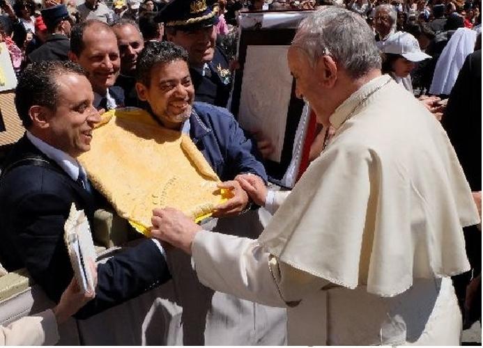 https://www.ragusanews.com//immagini_articoli/21-05-2014/il-pane-di-vittoria-per-papa-francesco-500.jpg