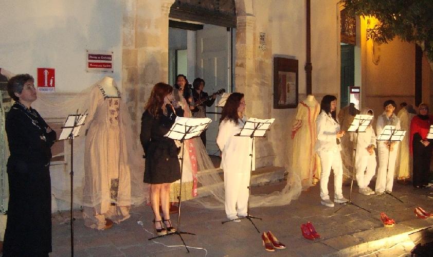 http://www.ragusanews.com//immagini_articoli/21-05-2014/la-tappa-al-museo-del-costume-500.jpg