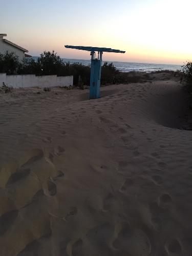 http://www.ragusanews.com//immagini_articoli/21-05-2016/punta-regilione-e-quell-unica-strada-sommersa-dalla-sabbia-500.jpg