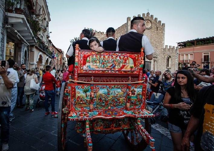 http://www.ragusanews.com//immagini_articoli/21-05-2017/taormina-carretti-siciliani-cioccolata-modica-500.jpg