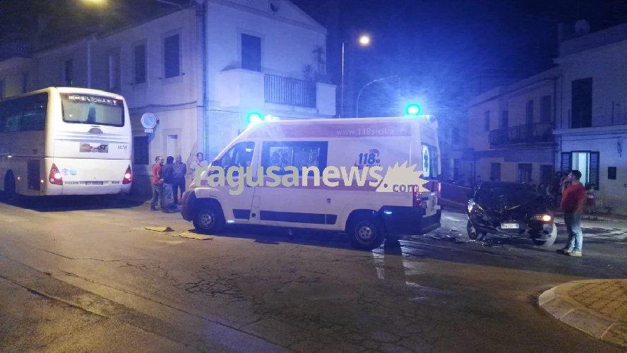 https://www.ragusanews.com//immagini_articoli/21-05-2018/auto-autobus-donnalucata-ferito-500.jpg