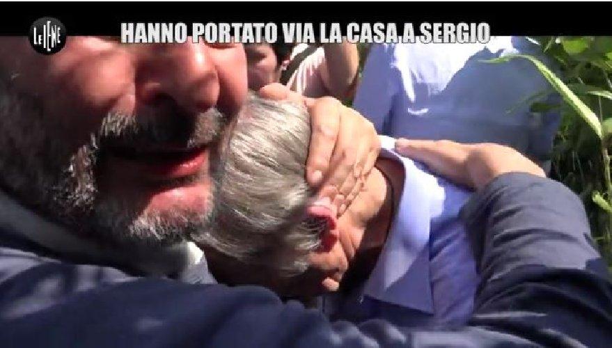 https://www.ragusanews.com//immagini_articoli/21-05-2018/cosi-bramini-perso-casa-lacrime-uomo-distrutto-video-500.jpg