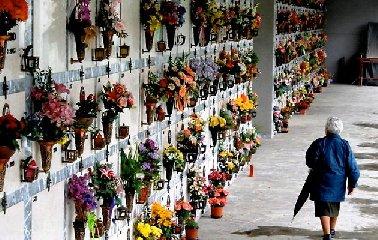 https://www.ragusanews.com//immagini_articoli/21-05-2018/vecchietta-rimasta-chiusa-cimitero-comiso-video-240.jpg