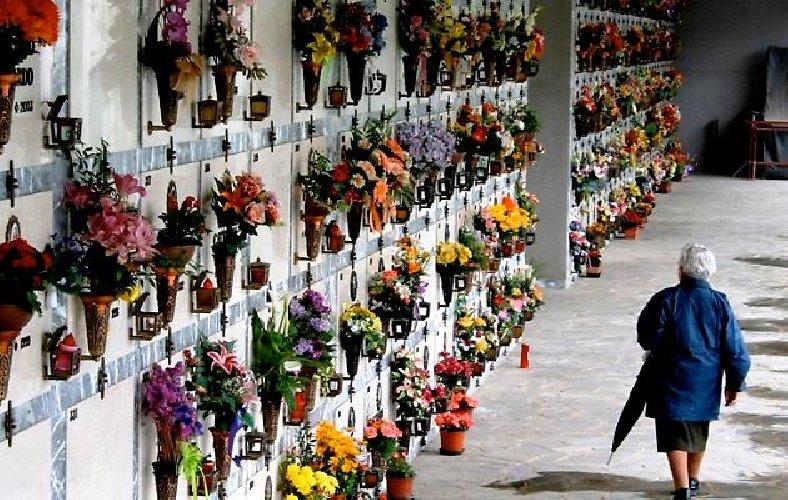https://www.ragusanews.com//immagini_articoli/21-05-2018/vecchietta-rimasta-chiusa-cimitero-comiso-video-500.jpg