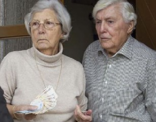 https://www.ragusanews.com//immagini_articoli/21-05-2020/risparmio-tradito-coppia-di-anziani-truffati-poste-condannate-240.jpg