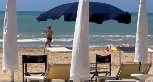 https://www.ragusanews.com//immagini_articoli/21-05-2021/marina-di-ragusa-tipi-da-spiaggia-il-karateka-solitario-video-280.jpg