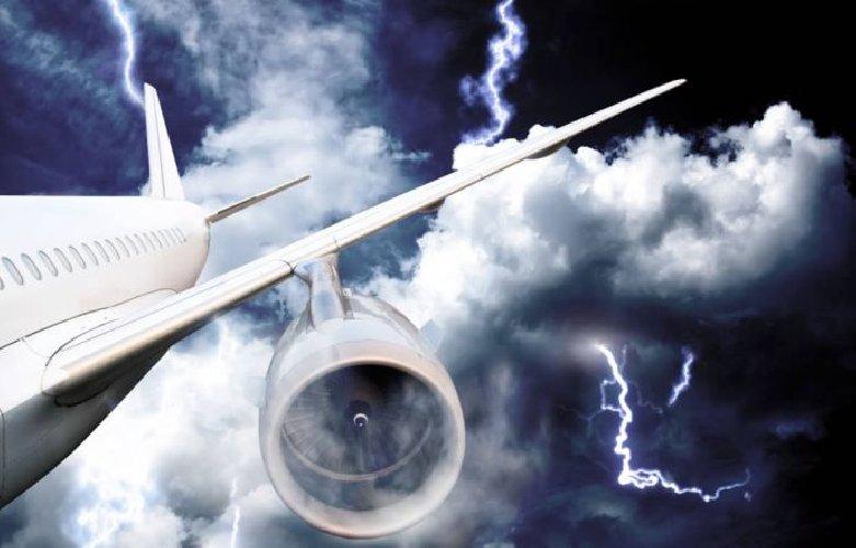https://www.ragusanews.com//immagini_articoli/21-06-2018/aereo-colpito-fulmine-costretto-atterrare-palermo-500.jpg