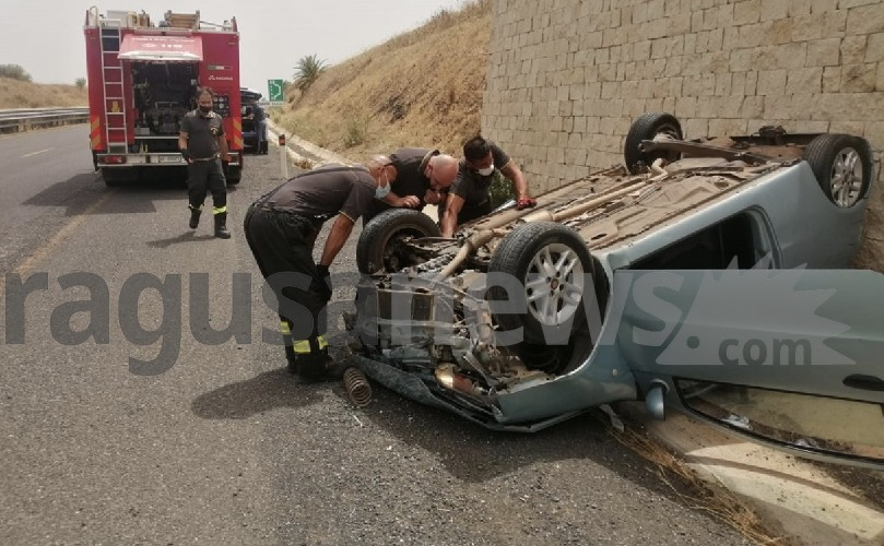 https://www.ragusanews.com//immagini_articoli/21-06-2021/1624292712-si-ribalta-panda-in-autostrada-due-feriti-1-500.jpg