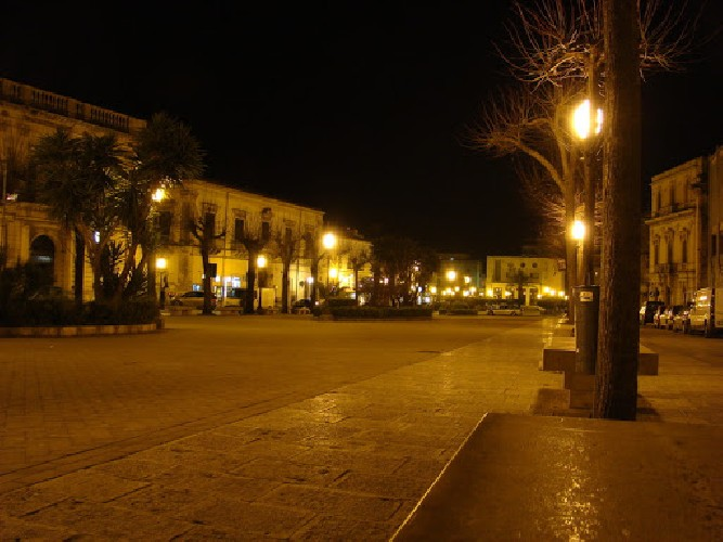 https://www.ragusanews.com//immagini_articoli/21-06-2021/quattro-albanesi-se-le-suonano-di-santa-ragione-in-piazza-italia-500.jpg