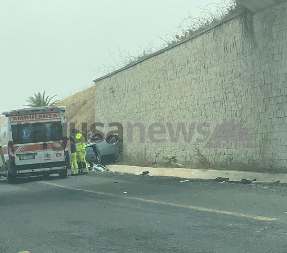 https://www.ragusanews.com//immagini_articoli/21-06-2021/si-ribalta-panda-in-autostrada-due-feriti-500.jpg