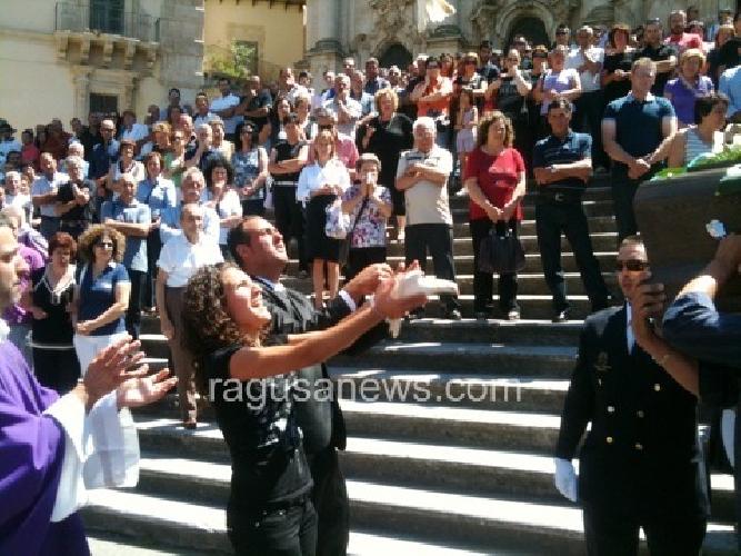 http://www.ragusanews.com//immagini_articoli/21-07-2011/celebrati-i-funerali-di-emanuele-di-raimondo-500.jpg