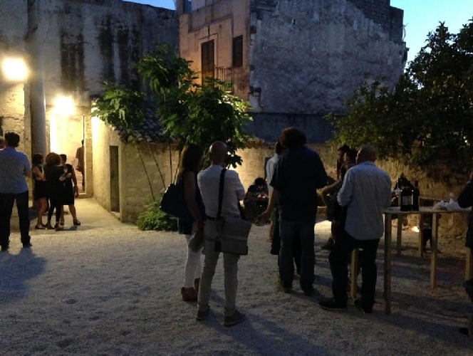 https://www.ragusanews.com//immagini_articoli/21-07-2014/nasce-il-giardino-dei-sensi-con-l-aperitivo-d-arte-500.jpg