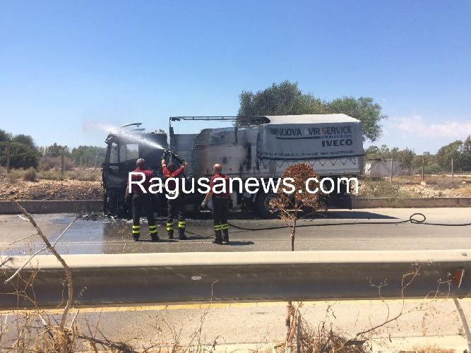 http://www.ragusanews.com//immagini_articoli/21-07-2016/a-fuoco-un-autotreno-salvo-il-camionista-500.jpg
