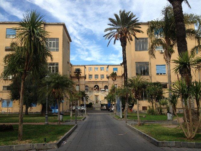 https://www.ragusanews.com//immagini_articoli/21-07-2018/dottoressa-presa-sprangate-ospedale-vittorio-emanuele-catania-500.jpg