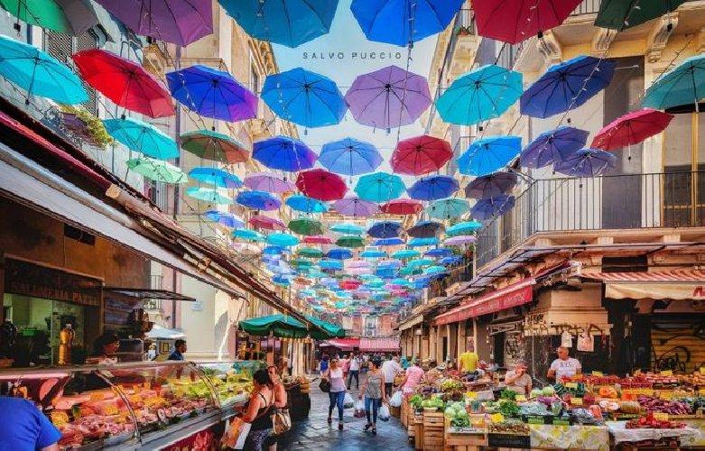 https://www.ragusanews.com//immagini_articoli/21-07-2019/e-virale-la-foto-ombrelli-cielo-pescheria-di-catania-500.jpg