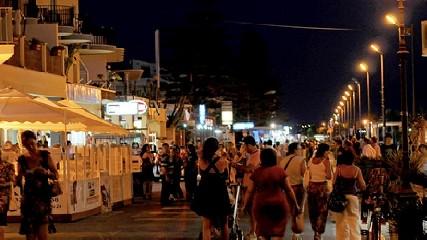 https://www.ragusanews.com//immagini_articoli/21-07-2020/povera-la-mia-marina-di-ragusa-distrutta-dalla-movida-240.jpg