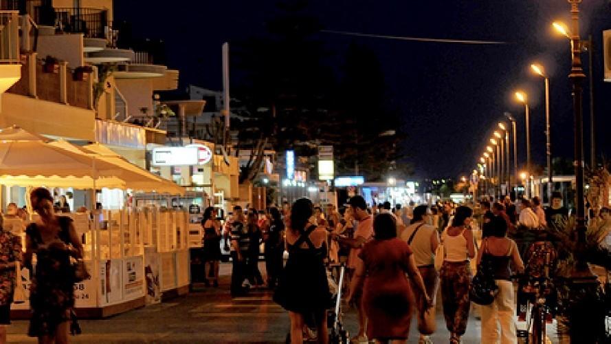 https://www.ragusanews.com//immagini_articoli/21-07-2020/povera-la-mia-marina-di-ragusa-distrutta-dalla-movida-500.jpg