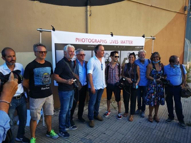 https://www.ragusanews.com//immagini_articoli/21-07-2020/sicilia-flash-mob-fotoreporter-difesa-diritto-d-autore-500.jpg