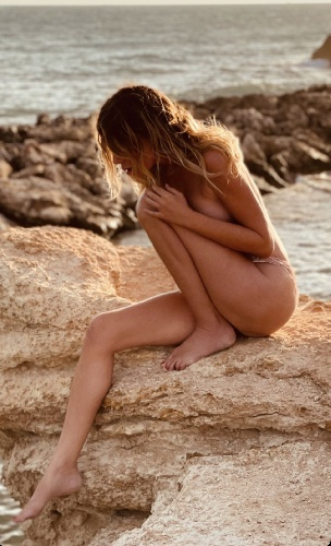 https://www.ragusanews.com//immagini_articoli/21-07-2021/1626872582-le-foto-e-il-video-del-bagno-di-alessia-marcuzzi-e-porto-ulisse-2-500.jpg